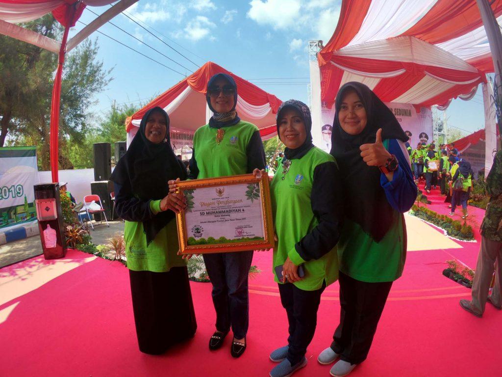 Kepala Dinas Dra. Zubaidah, MM bersama Kepala Sekolah Hana Ayudah, M.Pd