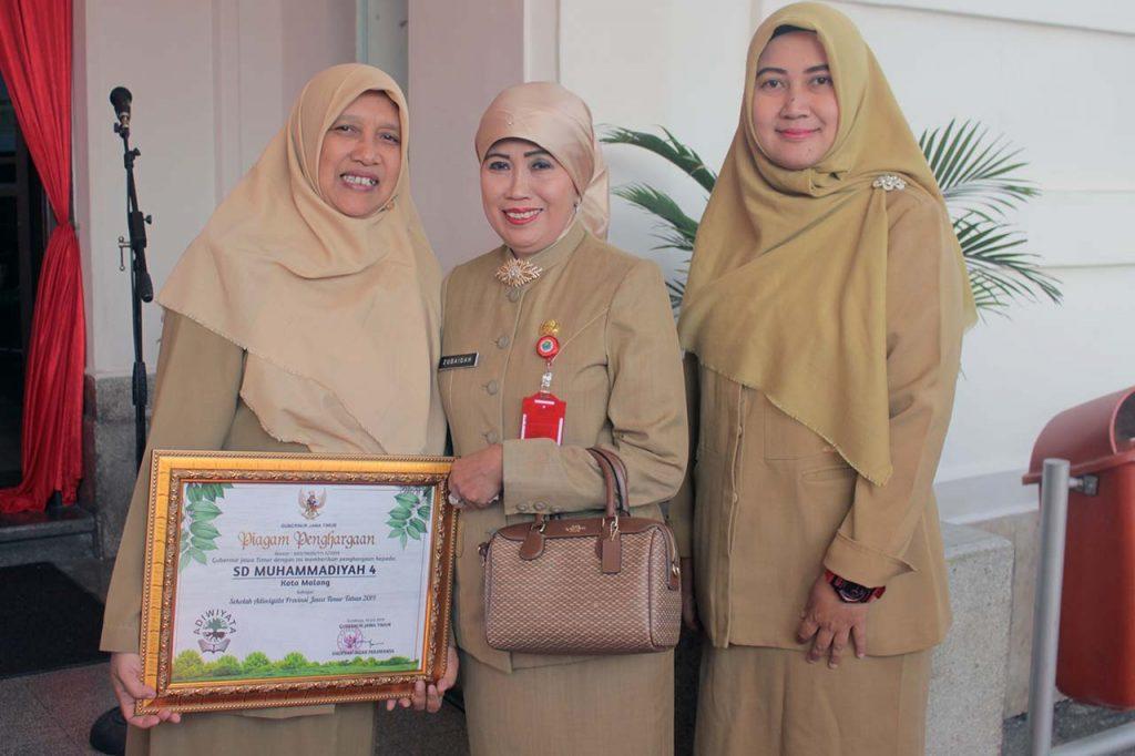 Kepala Dinas Kota Malang Dra. Zubaidah, MM bersama Kepala Sekolah SD Muhammadiyah 4 Hana Ayudah, M.Pd beserta gancar pramistri