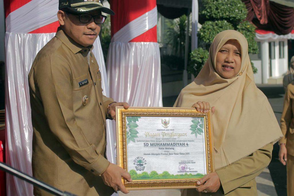 Walikota malang Sutiaji bersama Kepala Sekolah SD Muhammadiyah 4 Hana Ayudah